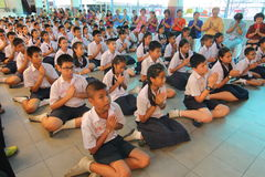 Eine Zeremonie, in der die gesamte Studentenschaft ihren Lehrern Ehrerbietung zahlt Lizenzfreies Stockbild