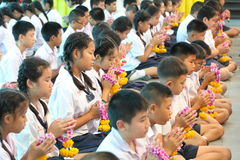 Eine Zeremonie, in der die gesamte Studentenschaft ihren Lehrern Ehrerbietung zahlt Stockfoto