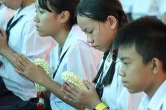 Eine Zeremonie, in der die gesamte Studentenschaft ihren Lehrern Ehrerbietung zahlt Stockbild