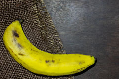 Eine zerrissene Banane auf hölzerner Nahaufnahme stockfoto