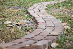 Eine Ziegelsteinwegweise im Garten Lizenzfreies Stockbild