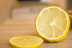 Eine Zitrone geschnitten auf Holztisch Lizenzfreie Stockfotografie