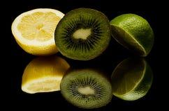 Eine Zitrone, grüne Zitrone und eine Kiwi,  Lizenzfreie Stockfotos
