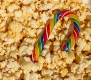 Eine Zuckerstange im Popcorn Lizenzfreie Stockfotos