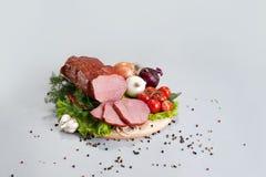 Eine Zusammensetzung der unterschiedlichen Art der Würste und des Fleisches Lizenzfreies Stockbild