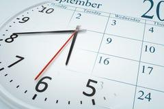 Eine Zusammensetzung einer Uhr und des Kalenders Stockbilder