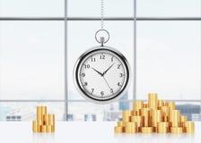 Eine Zusammensetzung von goldenen Münzen und von Hängen an der Kettentaschenuhr Panoramisches Büro New York auf Hintergrund Ein K Stockfoto
