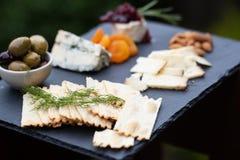 Eine Zusammenstellung des Käses auf einem Schieferbehälter Stockfoto