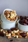 Eine Zusammenstellung von gesunden Nüssen in einer Schüssel Stockfotos