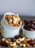Eine Zusammenstellung von gesunden Nüssen in einer Schüssel: Mandel, Acajoubaum, Daten Lizenzfreies Stockbild