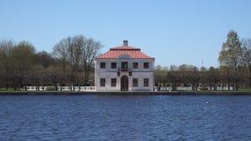 Eine zweistöckige Villa steht den Teich bereit stock video