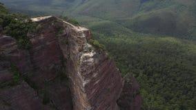 Eine zweite Luftfliege durch das Brummen geschossen von einem Ausblick in den blauen Bergen, Leura, NSW, Australien stock video footage