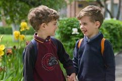 Eineiige Zwillinge hielten Hände Lizenzfreie Stockfotos