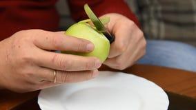 Einem Apfel 01 weg abziehen stock footage
