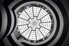einem Architekturmuster von Kreisen und von Bleiglas Haubendecke oben betrachten Stockbild