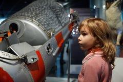 In einem Astronautikmuseum machen Sie Kinder bekannt Lizenzfreie Stockfotografie