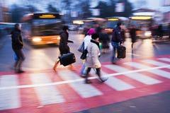 An einem Busbahnhof Stockbild