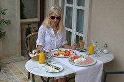 An einem Frühstückstische Stockbilder