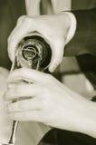In einem Glas gießen Sie Champagner Stockfotografie