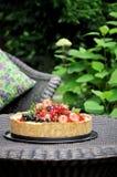 In einem grünen Garten in der Naturfruchttorte mit Erdbeeren und anderen Beeren stockbilder