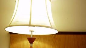 In einem Hotelzimmer mit einer Lampe und einem Doppelbett stock video footage