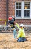 Einem Kind helfen, über Baumarbeit und -sicherheit zu lernen stockbilder