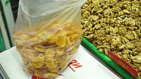In einem leeren Paket erlegen Sie getrocknete Aprikosen nach Gewicht auf stock video