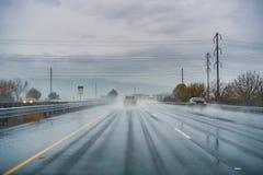 An einem regnerischen Tag mit niedriger Sicht auf der Autobahn fahren; nass Pflasterung; Süd-San- Francisco Baybereich stockfotos