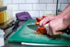 In einem Restaurant kochen, roter Pfeffer mit Messer stockfotos
