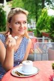 An einem Straßencafé lizenzfreie stockfotos