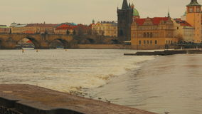 Einem Verschluss in die Moldau-Fluss mit Charles Bridge in Prag sich nähern, Tschechische Republik (Czechia) stock video