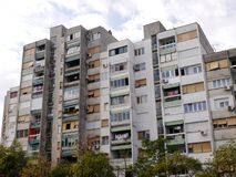 einem Wohnblock in Podgorica oben betrachten, Montenegro lizenzfreie stockfotografie
