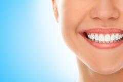 An einem Zahnarzt mit einem Lächeln stockfotografie