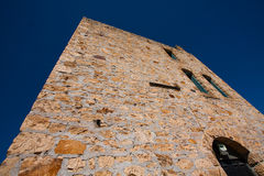 einem Ziegelstein oder einem Felsen aufwärts betrachten ummauerte Gebäude Lizenzfreie Stockfotos