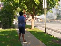 Einen Abfall aufpassen, Burning in einer Wohnnachbarschaft abzufeuern Stockbild