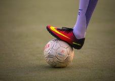 Einen Ball mit dem Fuß in einem Fußballspiel blockieren - Cagliari/Italien - 07/2018 stockfotografie