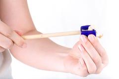 Einen Bleistiftspitzerbleistift halten lokalisiert auf Weiß Stockfotografie