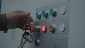 Einen Knopf betätigen, um Maschine einzuschalten stock video