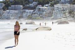 Einen Spaziergang auf dem Strand haben Lizenzfreie Stockbilder