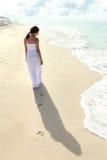 Einen Spaziergang am Strand machende und entspannende Frau Stockbild