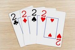 4 einer Art twos 2 - Kasino, das Schürhakenkarten spielt lizenzfreie stockfotos