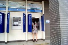 In einer ATM-Maschine, zum des Geldes zu erhalten stockfotos