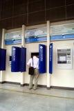 In einer ATM-Maschine, zum des Geldes zu erhalten stockbilder