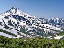 Einer der aktiven Vulkane von Kamchatka Vulkane von Kamchatka faszinieren Ihre R?tselhaftigkeit zieht viele Touristen an stockfotografie
