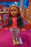 Einer der amerikanischen Mädchencharaktere auf Anzeige im Fifth Avenue -Butikenshop, New York City Lizenzfreie Stockbilder