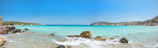 Einer der besten Strände auf Kreta, Griechenland Voulisma-Strand nahe zu Agios Nikolaos Bunter Strand mit weißem Sand und Felsen lizenzfreie stockbilder