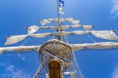 Einer der eindrucksvollen Maste tallship ARMES Cuauhtémoc im Hafen von Scheveningen lizenzfreie stockfotos