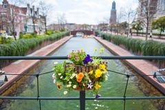 Einer der Kanäle im Amsterdam-Fokus auf dem lov Stockfotografie