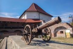 Einer der Türme, welche die mittelalterliche Zitadelle von Targu Mures, Rumänien mit einem Kanon im Vordergrund umgeben stockfoto