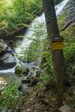 Einer der vielen gefährlichen Wasserfälle durch die Crabtree-Fall-Spur lizenzfreie stockfotografie